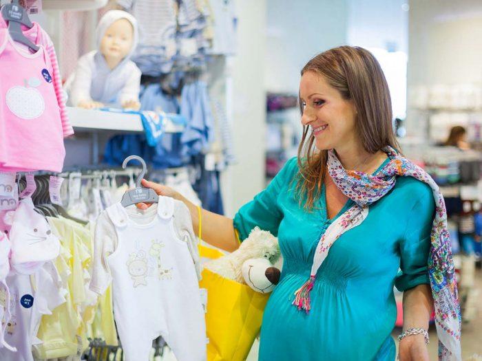 mamička v obchode pre bábätká